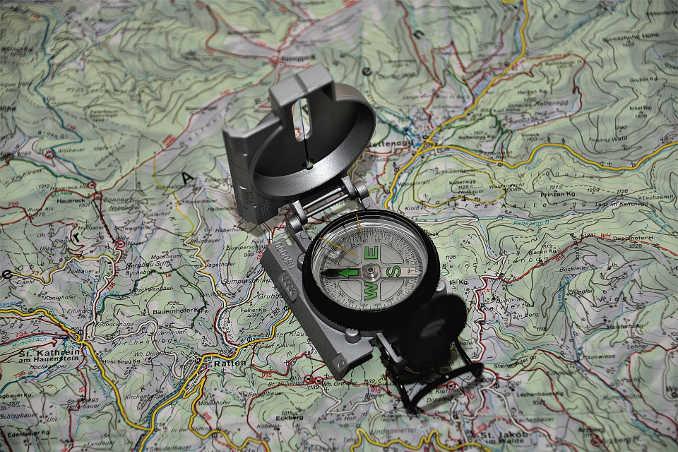 Trekkingausrüstung Kompass & Karte